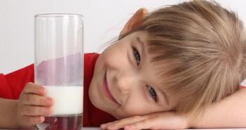 niña-bebiendo-leche