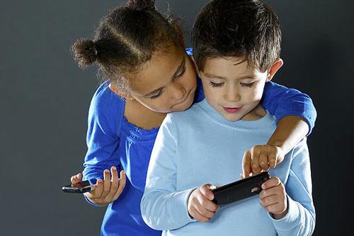 niños usando movil